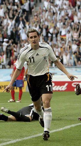 Miroslav Josef Klose. Durante la Copa Mundial de 2006, Klose marcó cinco goles (dos contra Costa Rica, dos contra Ecuador y uno ante Argentina en los cuartos de final), y terminó como el máximo goleador del torneo. A pesar de haber nacido en Polonia, Klose ha sido internacional con la selección de fútbol de Alemania en 134 partidos. Ha anotado 71 goles. Actualmente lidera la tabla de goleadores históricos de la Copa Mundial de Fútbol con 16 goles.