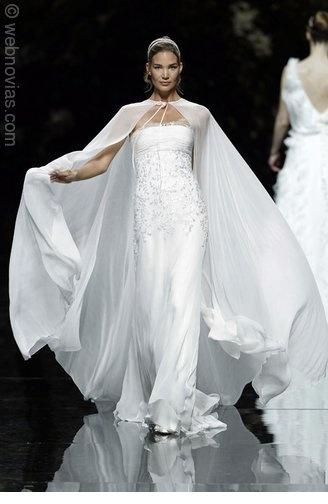 Vestido de novia con capa de Pronovias.