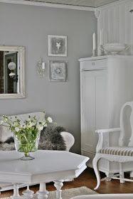 Mooie woonkamers in wit. Grijze en witte kleuren. Die klok vind ik super, en de rust die dekamer uitstraalt ook. ...