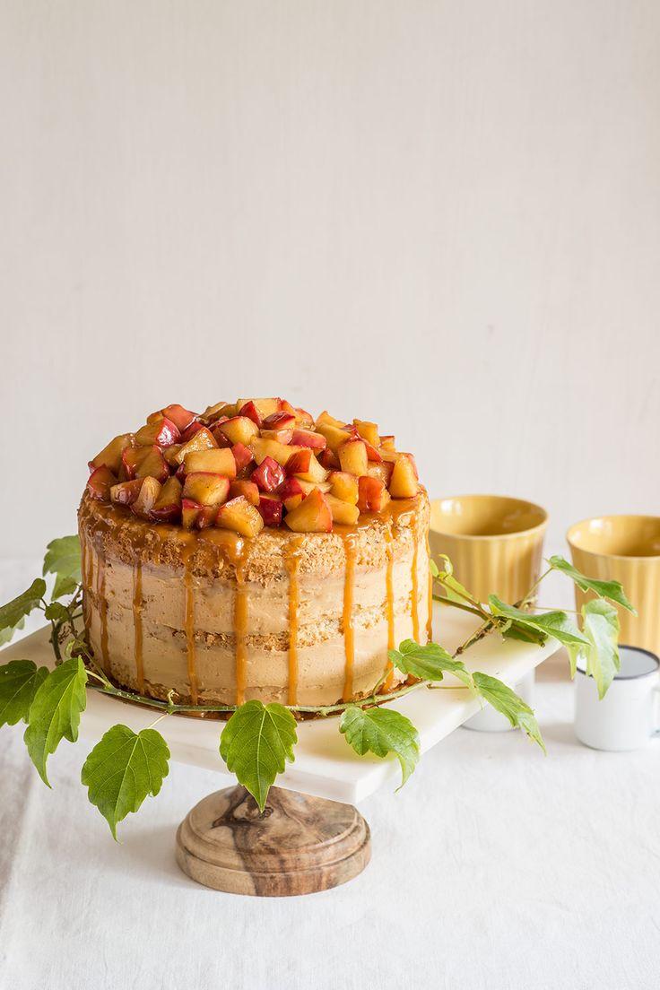 Layer cake de manzana y caramelo, con bizcocho de manzana, relleno de crema de caramelo y cobertura de manzanas confitadas. Receta paso a paso.