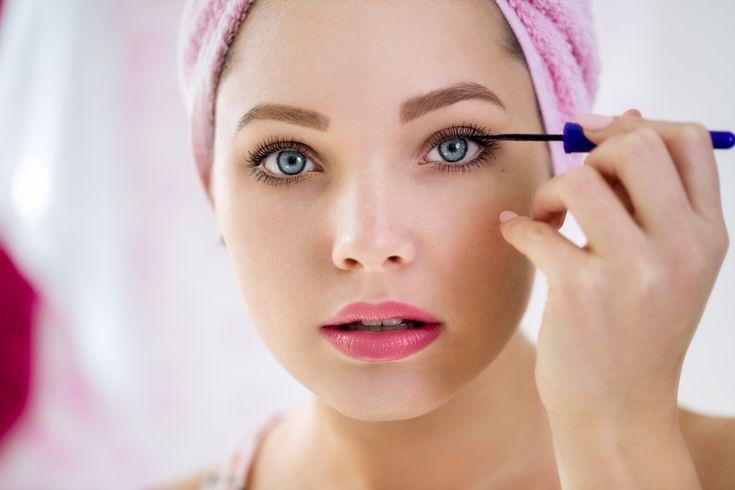 Steekt er in je make-uptasje ook een opgedroogde mascara of brokkelige oogschaduw? Meteen weggooien! Oude make-upproducten verliezen niet alleen hun werking maar kunnen ook ernstige huidproblemen veroorzaken zoals allergische reacties, (oog)ontstekingen, irritaties en huiduitslag. Make-up heeft net als voedsel een houdbaarheidsdatum. Deze wordt op het product meegegeven in de vorm van een symbool (een geopend