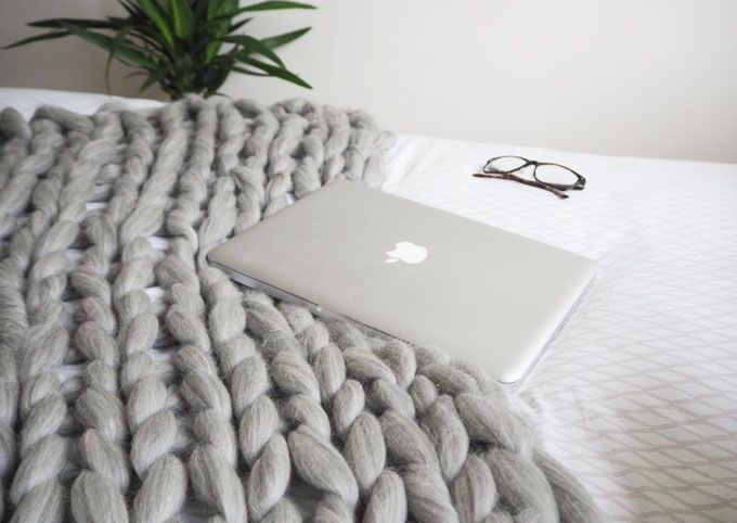 DIY Giant Wool Blanker Tutorial | How To Arm Knit this chunky blanket #craft