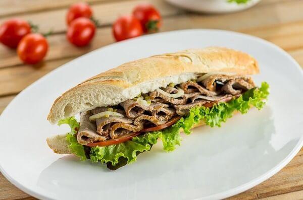 Sanduíche frio de lagarto fatiado por Academia da carne Friboi