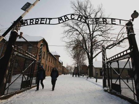 No entanto a paz durou apenas até 4 de agosto de 1944, quando o esconderijo de sua família foi invadido pela Polícia de Segurança Alemã devido a uma denúncia de um informante que jamais foi identificado...