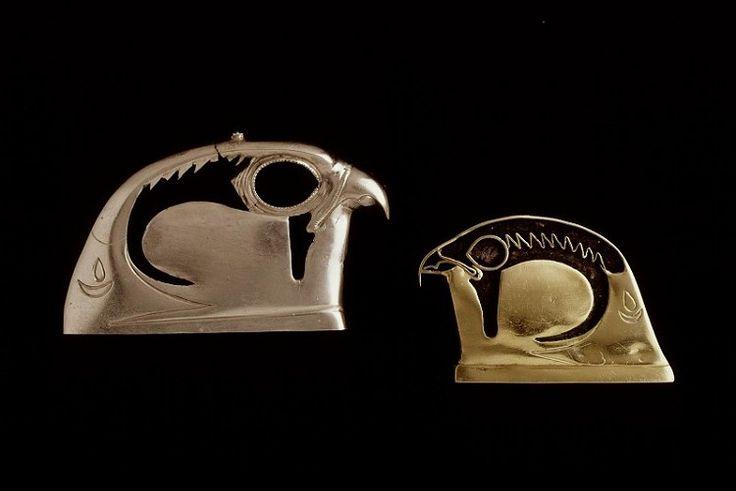 Kraagsieraad; valkekop Inventarisnummer AO 1g-2 Afdeling Egypte Objectnaam sieraad Materiaal goud ; zilver ; klei ; glas Afmetingen 3.2 x 4.1 cm Vindplaats Egypte Literatuur cat. Leemans B 385  cat. Boeser E.XL.27  Mon. I, 6, Pl.XXIV, 385  H.D. Schneider, Life and Death (Perth 1997), 100, nr. 154a M. Bulsink, Egyptian gold jewellery (Turnhout 2015), cat. 39b, pl. 14 P. Giovetti/D. Picchi, Egitto splendore millenario (Bologna 2015), cat. VI.56 Bron: Rijksmuseum van Oudheden, Leiden