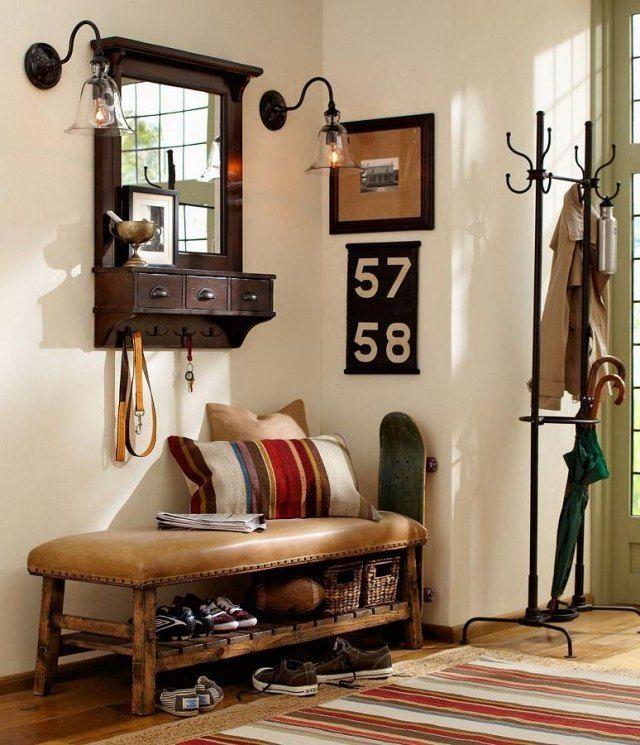 entrée vintage: banc en bois et cuir et meubles antiques