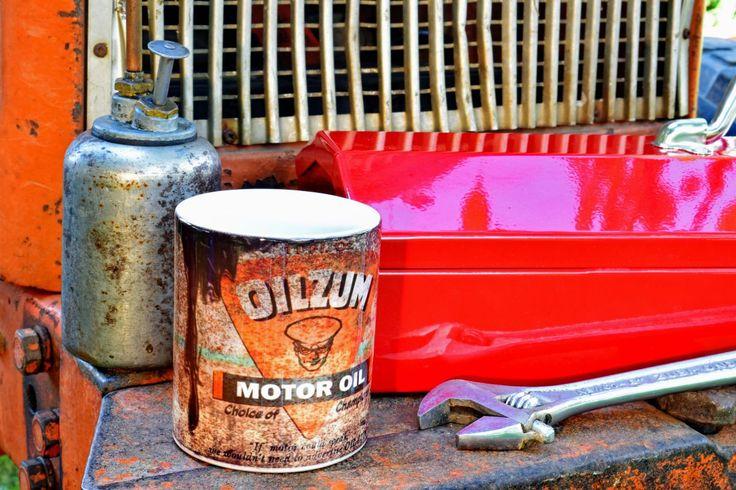 Mug pot d'Huile OILZUM® en céramique Made in US. Ce Mug OILZUM® est destiné à ceux qui pensent que leur vie rythme avec belles voitures, huile et mécanique ! #café #tasse #thé #pause #break #cadeau #petitdéjeuner #garage #carrossier #moto #viril #vintage #lamaisondelonclesam #objet #américain #produitaméricain