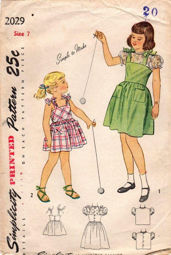 Desde 1947, este vestido de verano o jumper y blusa parece como moda de verano perfecto para una chica creciente! Detalles de la blusa: -Silueta recta -puff manga corta -Escote Joya con adornos de volantes ribete -nuevo cierre botón Detalles del vestido: -blusa completamente ante -escote camisola contorneada -lazos del hombro -completo reunieron falda -bolsillos de parche -nuevo cierre botón Seleccione uno de los siguientes tamaños de patrón: Tamaño 4 Mama 23 en 21 de cintura en Cadera 24…