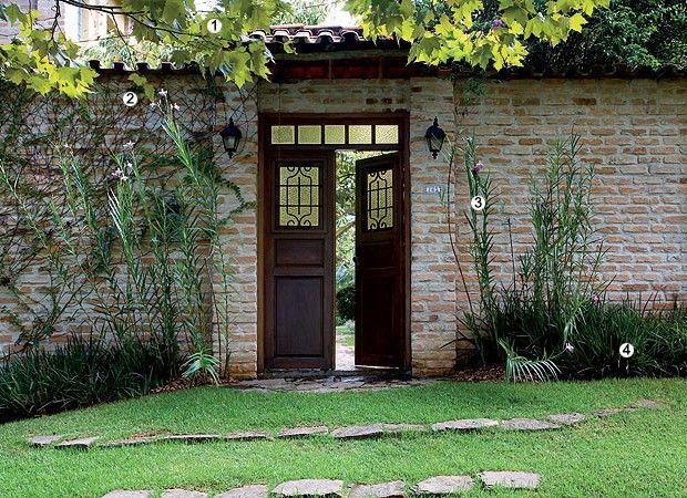 Harmonia de plantas: sob a sombra do plátano (1), a trepadeira falsa-vinha (2) cresce no muro de tijolos aparentes, ladeada pela arbustiva orquídea-bambu (3) e pela moreia-branca (4) (Foto: Casa e Jardim)