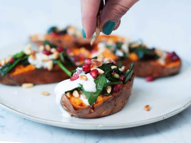 Dieses Rezept ist nicht nur lecker, sondern kommt randvoll mit lebenswichtigen Nährstoffen. Die Süßkartoffel bietet komplexe Kohlenhydrate, das Kokosöl und die Pinienkerne versorgen dich mit gesunden Fetten und der Spinat liefert Proteine.
