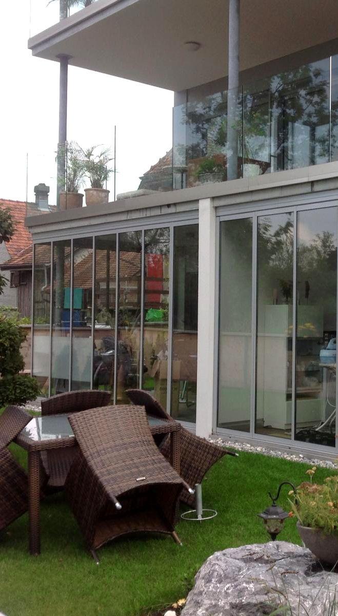 Posuvné stěny se hodí i pro atypické konstrukce. Velké prosklené plochy se v elegantním provedení dokonale propojují interiér domu s okolím a vy si tak můžete užít ničím nerušený výhled na váš bazén či zahradu.