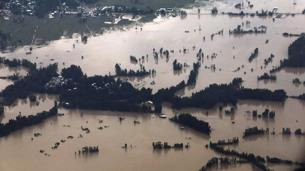 An aerial view seen from an airplane shows the flooded Srinagar city (9 September 2014)