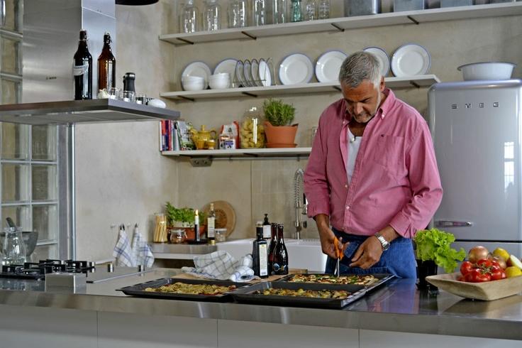 Ernst lagar pizza i det nya vackra köket. Foto: TV4
