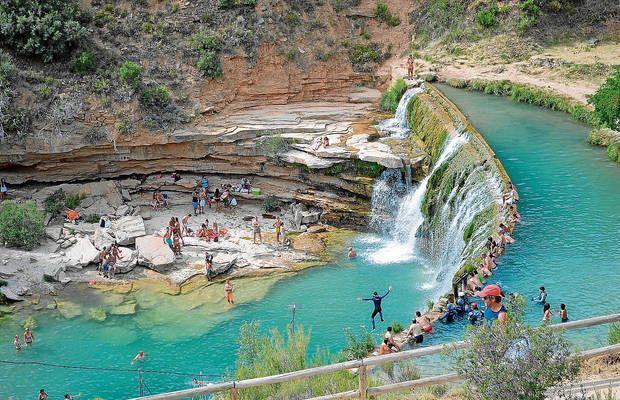 El salto de Bierge, en el río Alcanadre, se masifica durante los fines de semana del verano con cientos de bañistas.