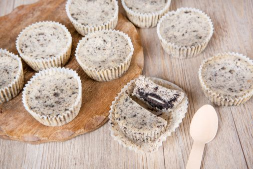 I mini cheesecake agli oreo: una chicca golosa da gustare in tranquillità a base dei famosi biscotti farciti al cioccolato