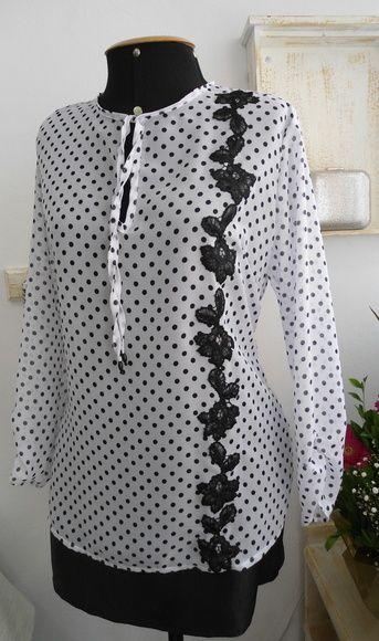 Blusa crepe branca com bolinhas pretas e detalhe renda preta na lateral esquerda.