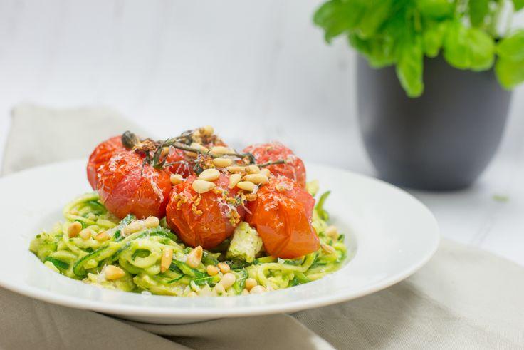 Courghetti is bij ons in huis echt favoriet. Zeker deze variant met avocadopesto en kip. Lekker licht, gezond en toch vullend.
