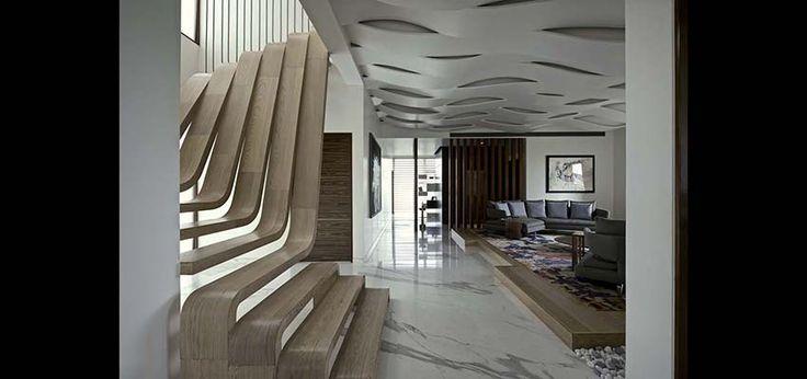 Архитекторы бюро Arquitectura en Movimiento Workshop превратили лестницу в скульптурный объект и визуальный центр квартиры.