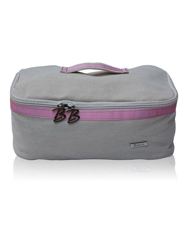 Bakras Scarlett İç Giyim Taşıma Çantası ile valiziniz artık daha düzenli! Bavulunuzu hazırlarken iç giyim parçalarını yerleştirmek hep sorun olur. Küçücük parçalar ya valize sığmakta sorun çıkarır ya da ezilme, deforme olma korkusuyla koyacak yer bulamayız. İç giyim taşıma çantası sayesinde külot ve sütyenlerinizin ezilme, deforme olma ve kirlenme problemi ortadan kalktı! Bakras Scarlett iç çamaşırı taşıma çantası, %100 pamuklu doğal kumaş ile tasarlanmıştır.