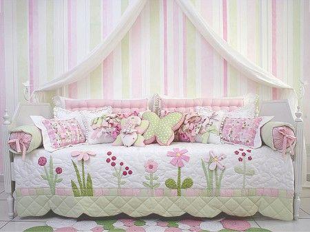 Colcha de cama com flores bordadas a mão.