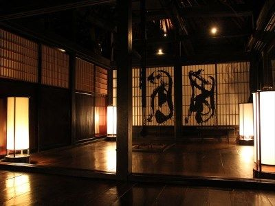 リビングルーム、囲炉裏の煙で黒に染まった床・柱を行燈の光が優しく包みます。