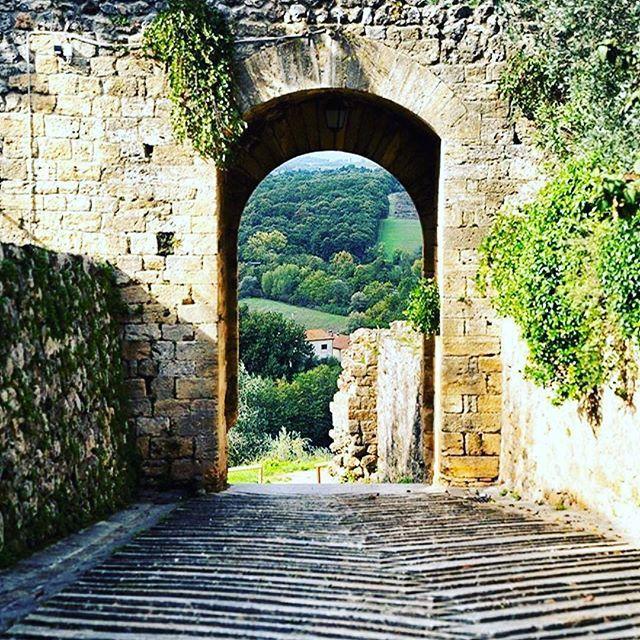 [...] però che, come in su la cerchia tonda Monteriggion di torri si corona, così la proda che 'l pozzo circonda torregiavan di mezza la persona li orribili giganti, cui minaccia Giove del cielo ancora quando tona. » Dante Alighieri. Enjoy your time in the most beautiful Tuscany. ✌🏻️😉░░░░░░░░░░░░░░░░░░░ 🌍 Location: Monteriggioni, Siena - Toscana 🇮🇹 ░░░░░░░░░░░░░░░░░░░ 🛡⚔️ Tuscanypeople.com People and Stories of #Tuscany #TuscanyPeople ░░░░░░░░░░░░░░░░░░░ 🎯 Condividete le vostre…