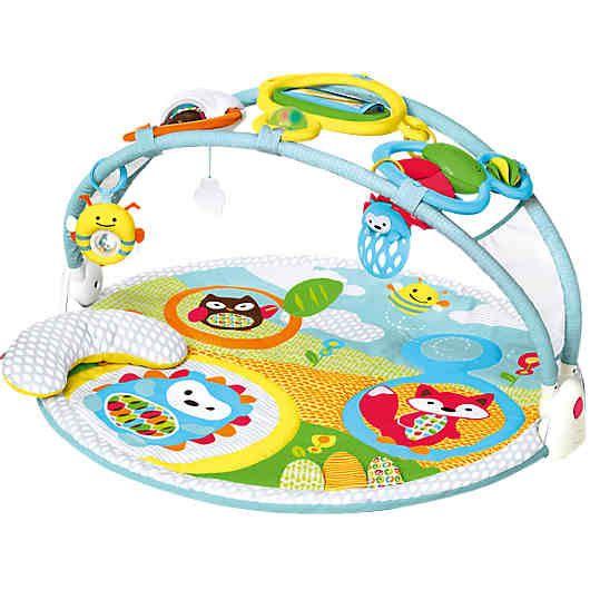 Hören, tasten, sehen: mit dieser extragroßen Krabbeldecke mit Spielbogen von Skip Hop werden spielend verschiedene Sinne Ihres Babys aktiviert und trainiert. Als bunte Spielwiese gestaltet finden sich hier verschiedene Tierfreunde, Rasseln, ein babysicherer Spiegel und weitere Spielmöglichkeiten zum Entdecken. Da der Bogen verstellbar ist, kann die Decke im Sitzen oder im Liegen erkundet werden. Auch für Babys in Bauchlage ist gesorgt: ein extra Kissen unterstützt den kleinen Körper. <br…