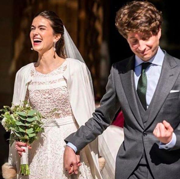 The amazing #beauty of @carolzbbb looking #stunning in her #robertodiz #wedding #dress #tul #tulle #bride #beauty #bridal #novias #noviasconestilo #mariee #robedemariée #brides #blanco #boda #weddingdress #vestido #lace #velvet #style #fashion #mode #seville #madrid #paris #la source @alvarotalayero #instagram