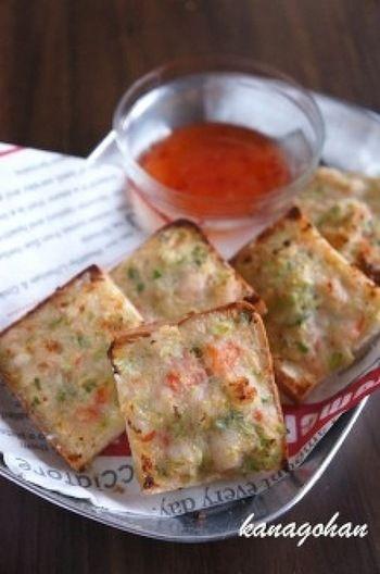 """タイでは""""カノムパンナークン""""と呼ばれ、親しまれている海老のトースト。プリップリの海老の食感が美味しい、日本でも大人気のメニューです。こちらは油を使わずに、オーブンで焼いたヘルシーな一品。カロリーも気にならず、女性に嬉しいレシピです。"""