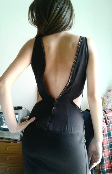 mini abito marrone con perline su bordo scollatura.    mini brown dress with beads on edge neckline.