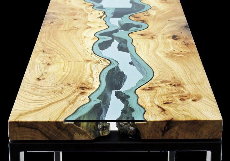 Greg Klassen es un diseñador y ebanista norteamericano que se inspira en la naturaleza que lo rodea para elaborar estas piezas únicas, dueñas de una suave poesía. Para sus mesas y consolas, Greg utiliza trozos de madera recuperada de viejos troncos cuyos bordes conservan sus sinuosidades naturales, que enfrenta. Empotra entre ambas una pieza de vidrio que con su tono azulado crea un río que fluye sobre su superficie.