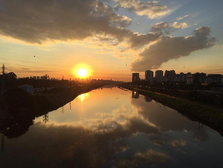 Foto do canal Pinheiros tirada da ponte da Cidade Universitária, em direção à foz do canal. Ao fundo, o Morro do Jaguaré. Image Cortesia de Eloísa Balieiro Ikeda