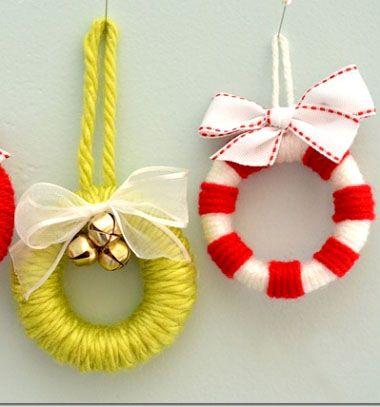 Karácsonyfadíszek fonalból - mini koszorúk függönykarikákból / Mindy - kreatív ötletek és dekorációk minden napra
