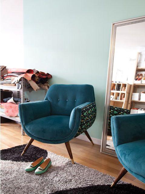 Sillones de plush azul vintage en el estudio de la marca de zapatos Quiero June. Foto: Magalí Saberian