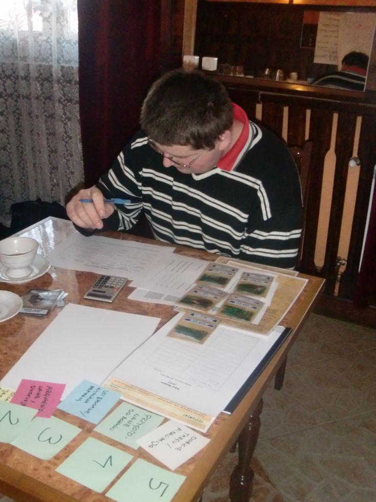 Konstrukcja gry pozwala na symulację stresu i emocji takich, jak w rzeczywistych negocjacjach