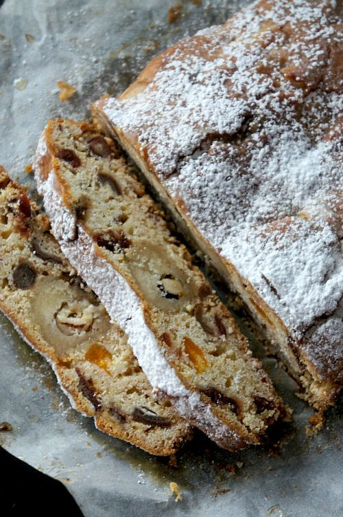 A Stollen normally it is done with baker's yeast and it requires time to rest. Here, I used baking powder and made ​​my stollen cake as a sum. With orange marmalade, dates, raisins .... * has translation choice on page