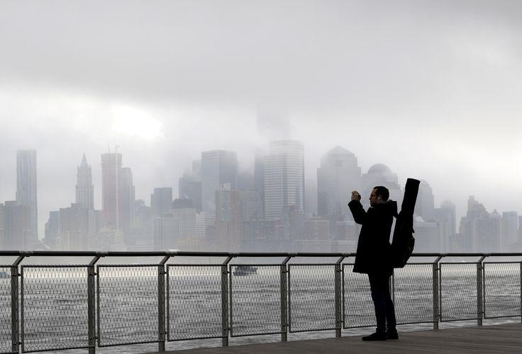 Fotografer Richard Espinal memotret kota New York yang tengah diselimuti kabut tebal.