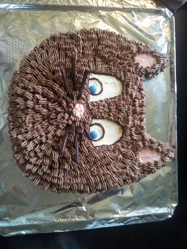 pusekatt, laga av ei vanli sjokoladeskuffekaka, pynta me smørkrem og sjokolade :)