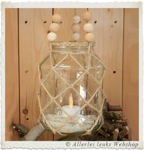 Wil je ook zelf potten en flessen maken met macramé touw? Kijk bij onze zelfmaak ideeën om met recycle potten en jute touw zelf macrame lantaarntjes te maken.