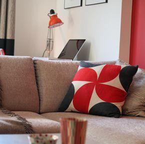 Une verrière indus' sublime le volume - MyHomeDesign Canapé Bo Concept et coussin Rouge du Rhin  Rouge & noir, association couleur réussie