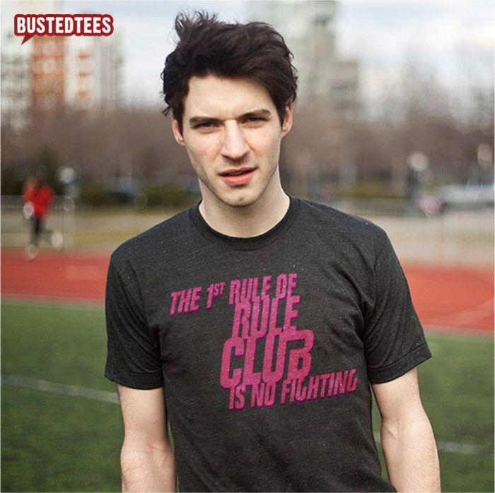 [TOTD] Rule Club chez BustedTees  Il y a des t-shirts comme ça qui n'ont à priori rien d'exceptionnel, mais qui vous tape dans l'oeil sans trop savoir pourquoi. Référence au chef d'oeuvre de David Fincher, 'Rule Club' nous a immédiatement fait effet ! Base anthracite, typo rose vif, construction équilibrée, film culte, réplique détournée...  http://www.grafitee.fr/tee-shirt/rule-club-bustedtees/  #TOTD #lifestyle #fashion #type #FightClub #Tshirt