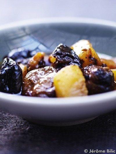 Recette Tagine d'agneau, poires et pruneaux  : Préchauffez le four sur th. 7/210°. Faites revenir les morceaux d'épaule et les souris dans une grande cocotte avec de l'huile d'olive à feu vif. Epluchez et hachez grossièrement les oignons et les gousses d'ail. Ajoutez-les dans la cocot...