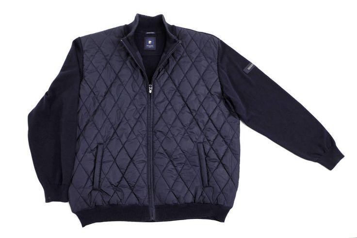 Wiosenna kurtka Pierre Cardin zapinana na zamek błyskawiczny. Przód pikowany. Dostępna w rozmiarach od 3XL do 8XL. Kolor granatowy, styl casual. Skład: 100% bawełna, pikowany przód 100% poliester.