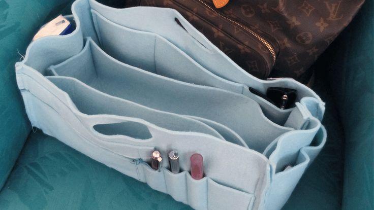 Mehr Übersicht in Deiner Handtasche, und sogar mehr Platz. Das braucht jede Frau. Den Organizer habe ich auf die Masse für meine Taschen passend zugeschnitten. Ich habe 2 Taschen, für die ich den Organizer genäht habe.   Als Material habe ich einen hellblauen Filz gewählt. Filz hat den Vorteil,