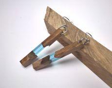 Cercei din lemn de nuc stabilizat si incapsulat in rasina cu pigment albastru deschis