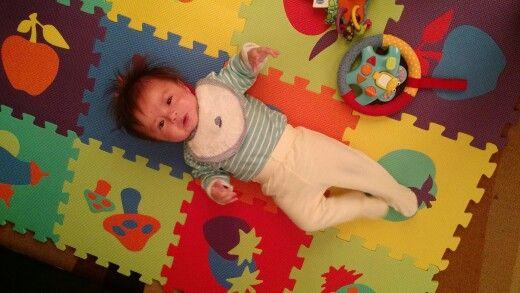 Bebes de 3-4 meses deben hacer ejercicios en el suelo, para que tengan el espacio suficiente para moverse libremente. Ideal alfombra de goma eva