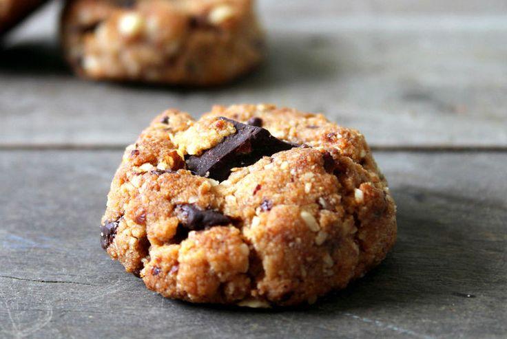 Pochi semplici ingredienti per realizzare questi dolcetti davvero deliziosi. #Pasticcini con #pinoli, #uvetta e #cioccolato