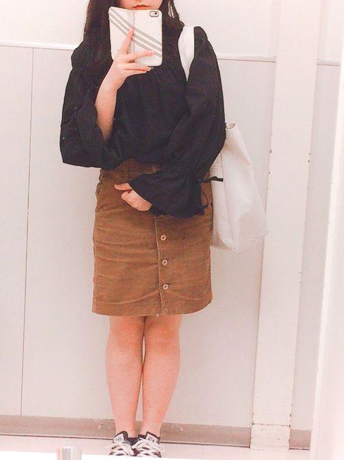 大好きなコーデュロイスカートをボリューム袖のオフショルにもなる黒いトップスとあわせました(^^)