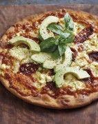 Songedroogde tamaties,fetakaas en avokado pizza