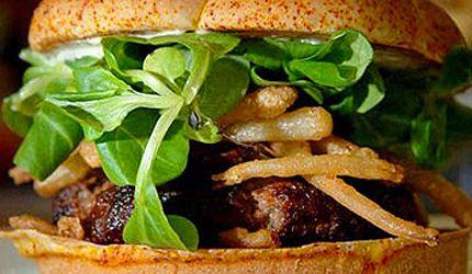 Bei Burger King in London  (120 Euro) ist der Luxusburger exklusiv nur in dieser einen Filiale erhältlich. Er besteht aus wirklich außergewöhnlichen exklusiven Zutaten. So besteht die Frikadelle aus japanischem Kobe-Beef. Iranischer Safran und weißer Trüffel sind noch zwei weitere luxuriöse Zutaten. Champagner-Zwiebelstreifen, spanischer Pata-Negra-Schinken und rosa Himalaya-Salz runden den Geschmack ab.